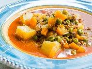 Рецепта Яхния с грах от буркан, кайма, картофи, моркови, домати, чесън и магданоз